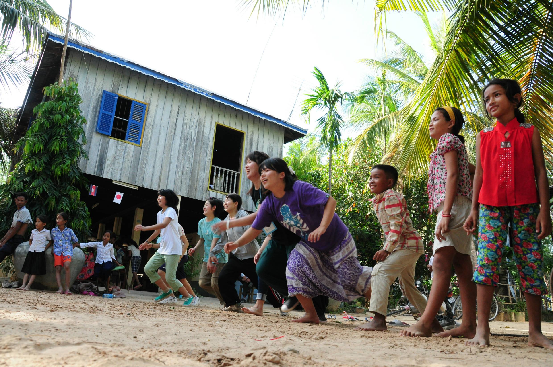 カンボジアのゲームで大盛り上がり♪