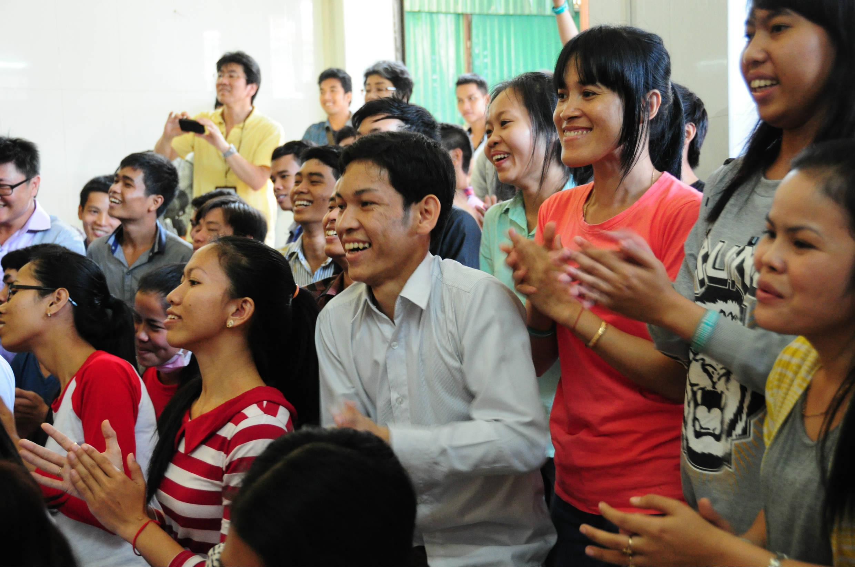 カンボジアで日本語を学ぶ若者に喜んでいただきました。