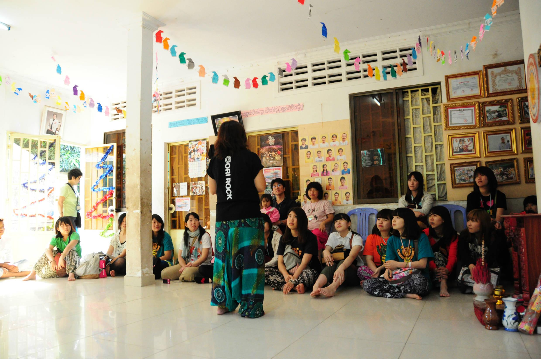 くっくま孤児院の話しを聞きいる参加者の皆様